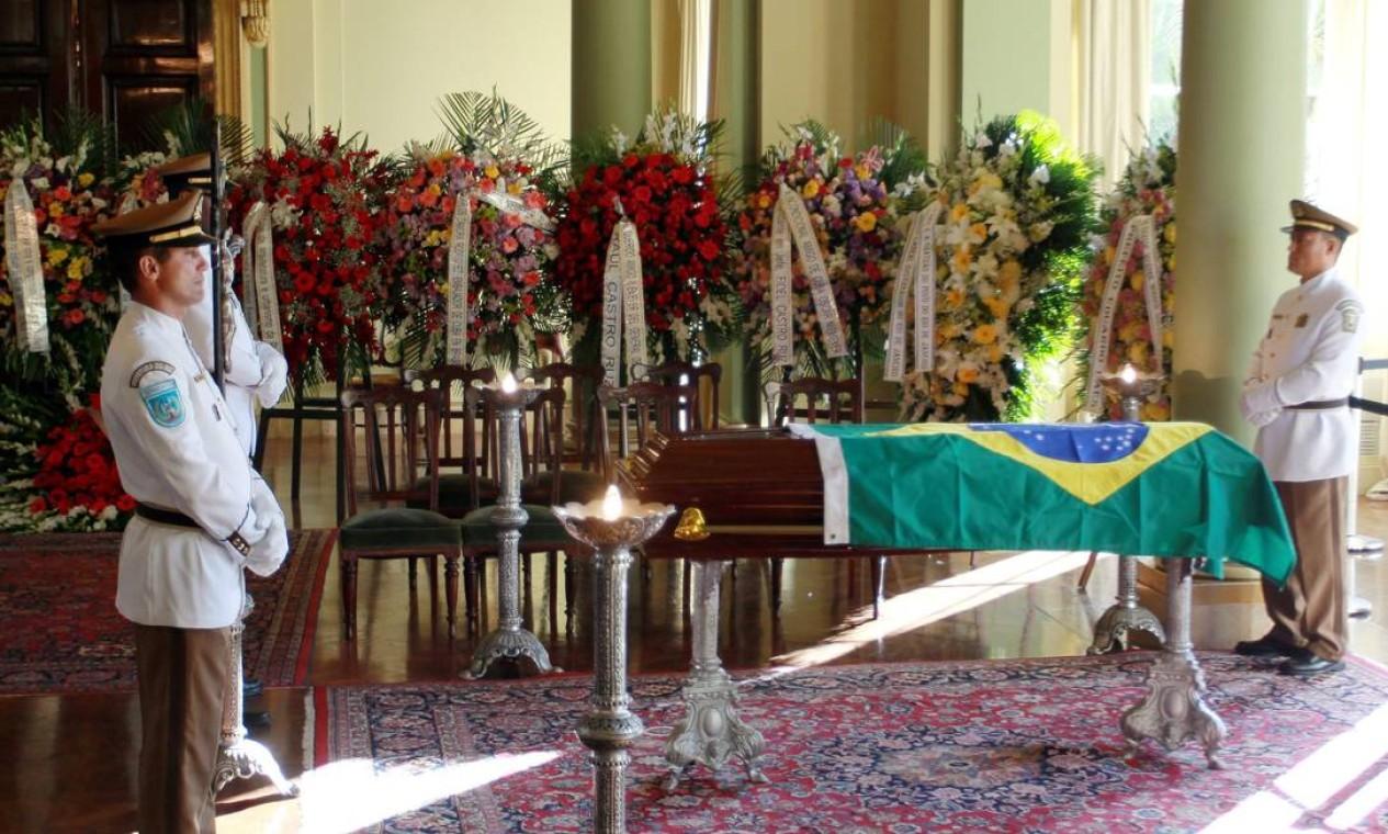 O caixão com o corpo de Niemeyer chegou ao Rio, após o velório em Brasília, por volta das 22h de quinta-feira Foto: Gabriel de Paiva