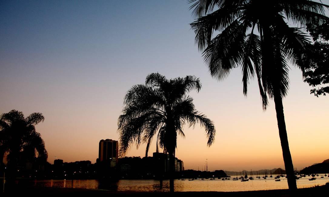Cidade amanheceu com sol forte e calor. Na Foto, a Praia de Botafogo Fernando Quevedo / O Globo