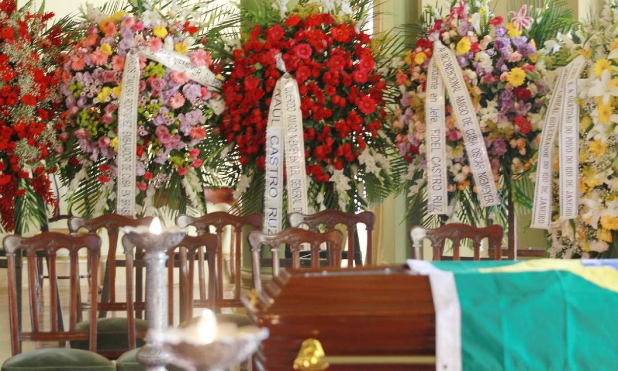 Entre as 16 coroas de flores que adornam o caixão, estão as enviadas por Raul Castro, presidente de Cuba, Fidel Castro, e Claudio Zamora, embaixador de Cuba, que homenageiam Niemeyer, estusiasta do socialismo Foto: Gabriel de Paiva