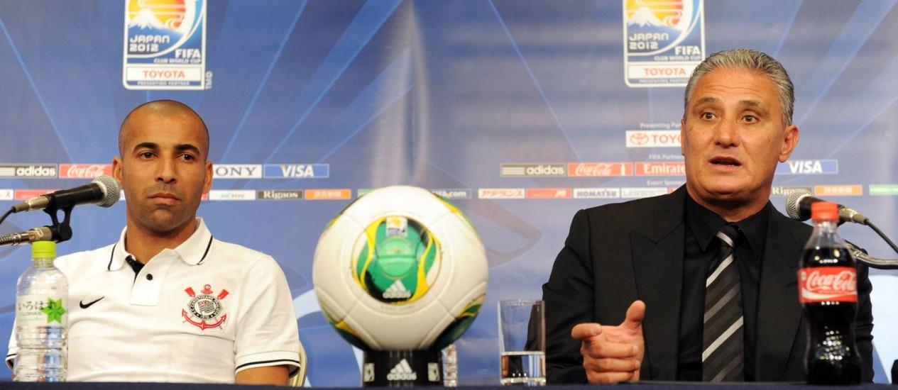 Emerson e Tite na coletiva do Corinthians. Treinador não acha que a equipe paulista é favorita num possível confronto contra o Chelsea Foto: Toshifumi Kitamura / AFP