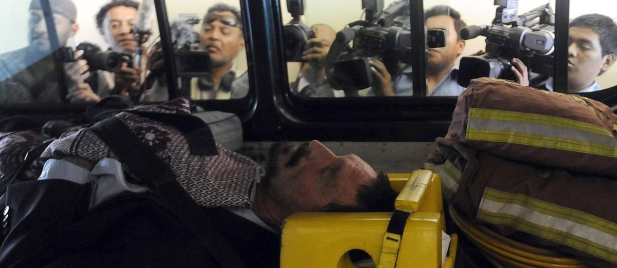 McAfee imobilizado dentro da ambulância que o levou ao hospital. Segundo advogado, empresário apresentava taquicardia e hipertensão Foto: JOHAN ORDONEZ / AFP