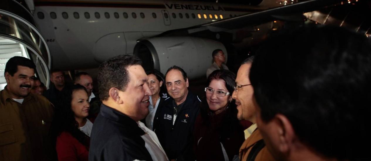 Chávez é recebido no Aeroporto Internacional Simon Bolívar, em Caracas, por seus ministros: retorno de Cuba Foto: AFP