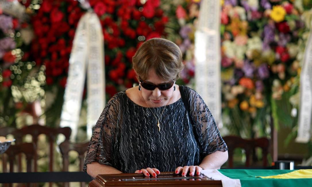 Vera Lúcia, viúva de Niemeyer, se despede do arquiteto, com quem foi casada por seis anos, durante velório realizado no Palácio da Cidade Gabriel de Paiva