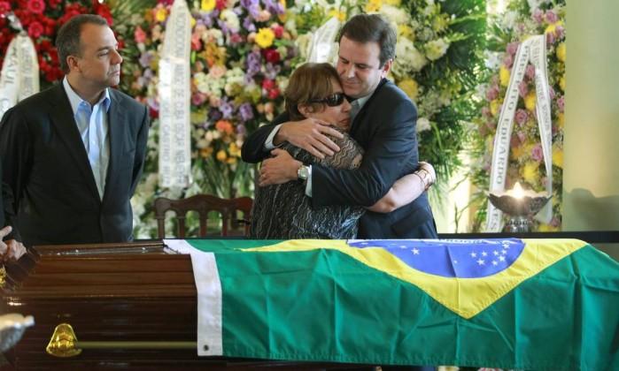 A viúva recebe um abraço do prefeito Eduardo Paes durante o velório Gabriel de Paiva