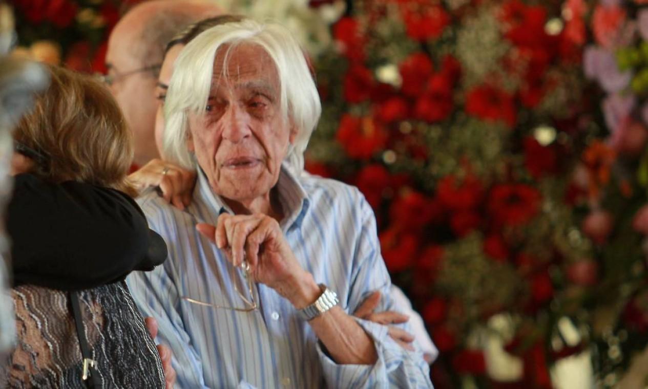 Muito emocionado, o artista Ferreira Gullar deu adeus a Niemeyer Foto: Gabriel de Paiva