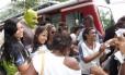 Estudantes da rede estadual cercam Shrek na saída do trenzinho do Corcovado