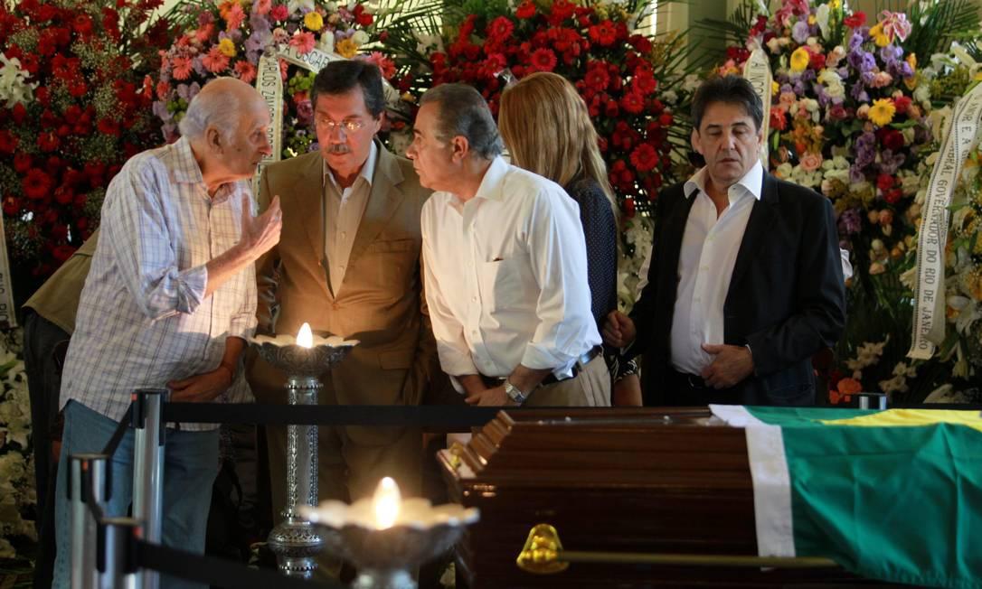 Os jornalistas Zuenir Ventura, Merval Pereira e Roberto D'ávila se despedem do arquiteto Gabriel de Paiva