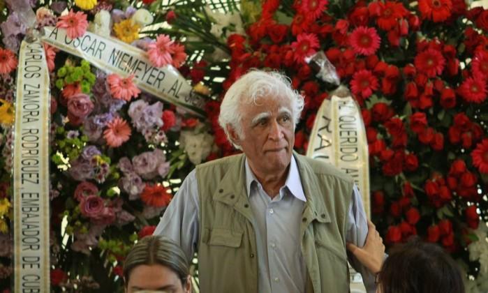 O cartunista Ziraldo também comparece ao velório Gabriel de Paiva