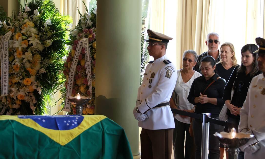 Admiradores do trabalho de Niemeyer e amigos aguardam para se aproximar do caixão Gabriel de Paiva