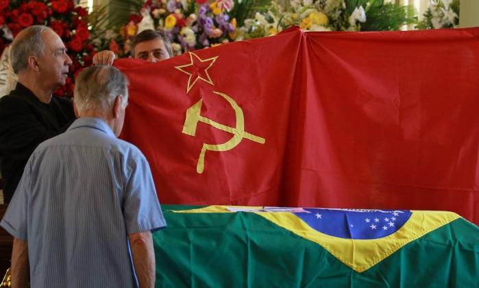 Dois militantes do PCdoB de Santo André, em São Paulo, levam faixa do partido para o velório Gabriel de Paiva