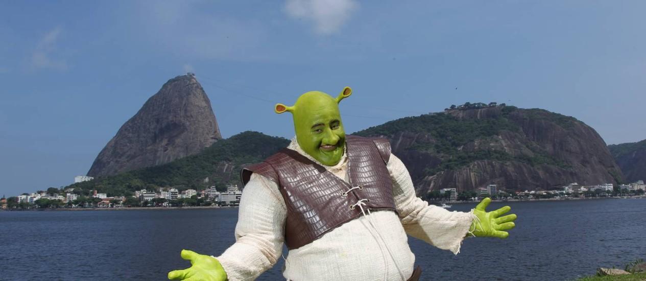 Shrek na Marina da Glória, com o Pão de Açúcar ao fundo Foto: Carlos Ivan