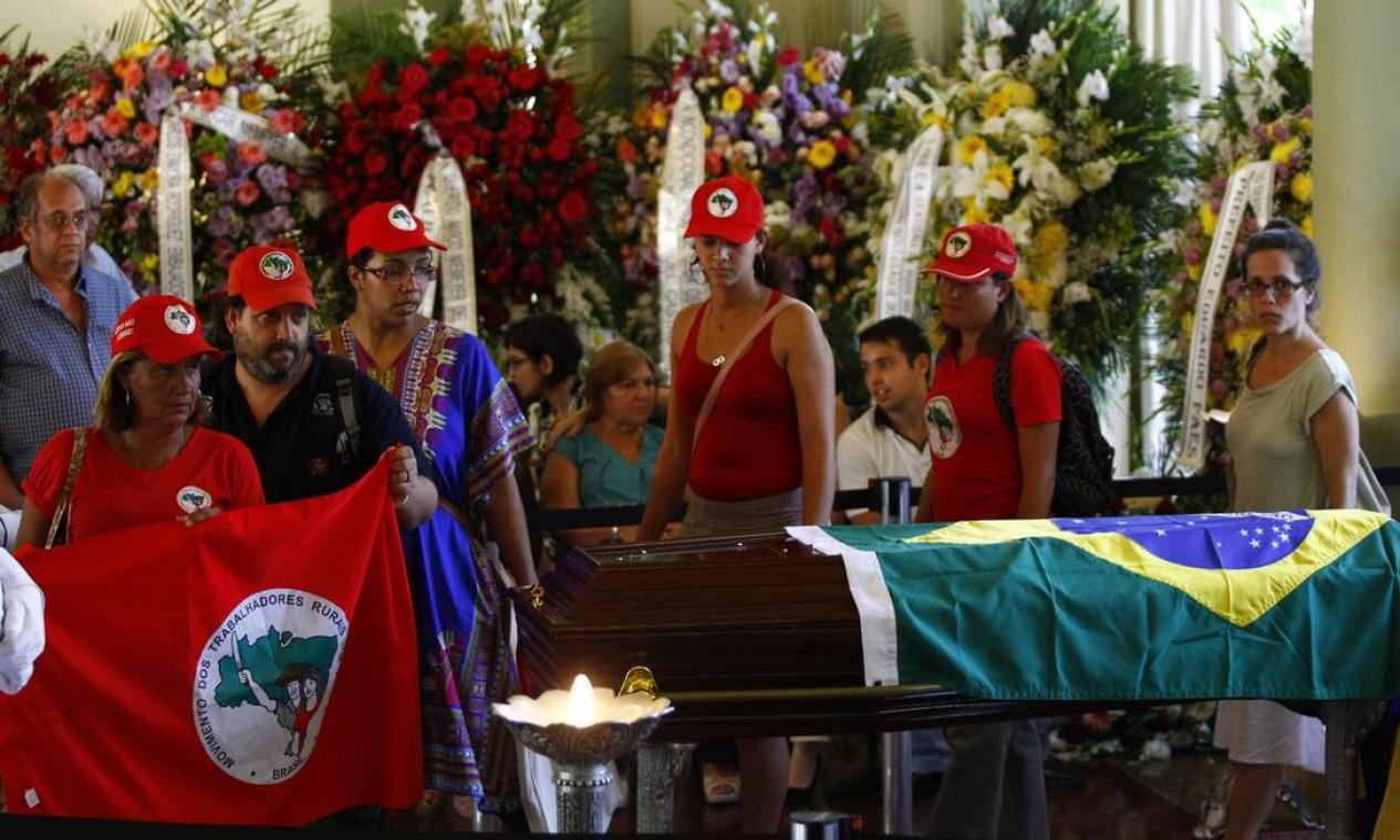 Integrantes do Movimento Nacional dos Trabalhadores Rurais Sem Terra prestam sua última homenagem a Oscar Niemeyer, durante o velório do arquiteto Foto: Pablo Jacob