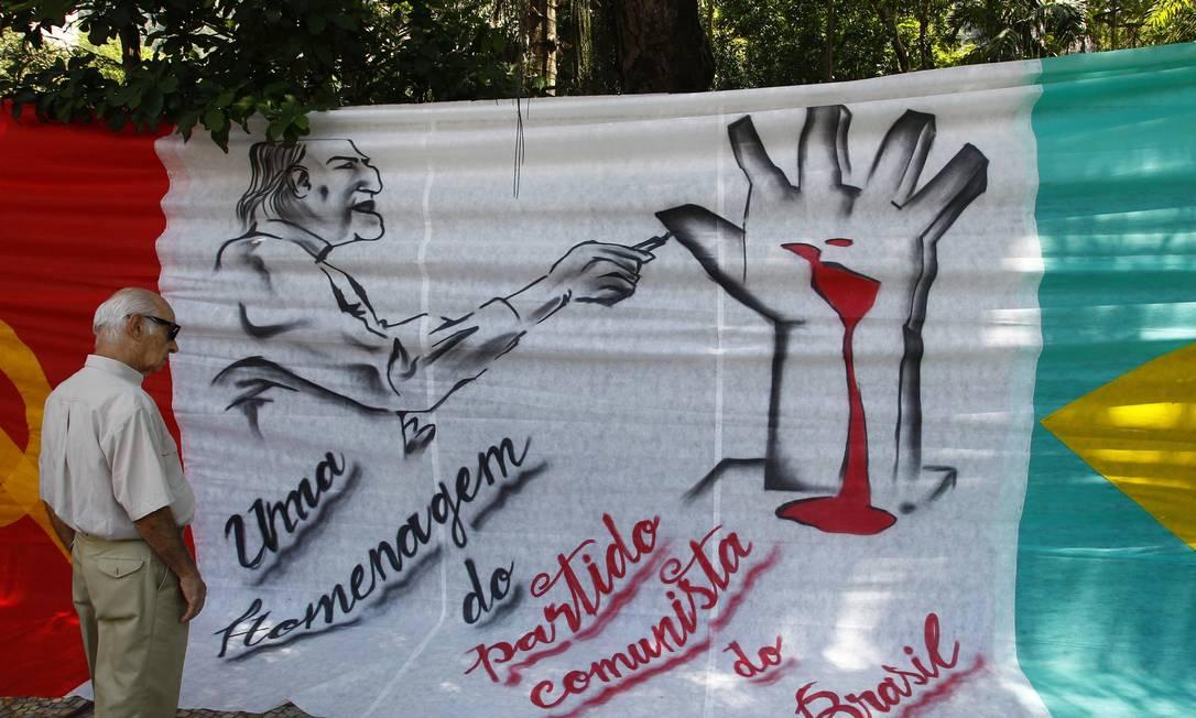 Do lado de fora do Palácio da Cidade, o PCdoB pintou as bandeiras do partido e do Brasil e o desenho da mão projetada pelo arquiteto, que fica no Memorial da América Latina Pablo Jacob