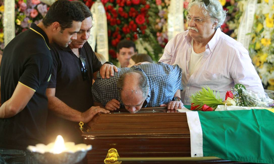 O neto Carlos Eduardo Niemeyer beija o caixão Pablo Jacob