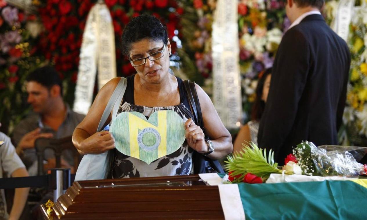"""Mulher faz um coração com a letra """"N"""" e deixa sobre o caixão de Niemeyer Foto: Pablo Jacob"""