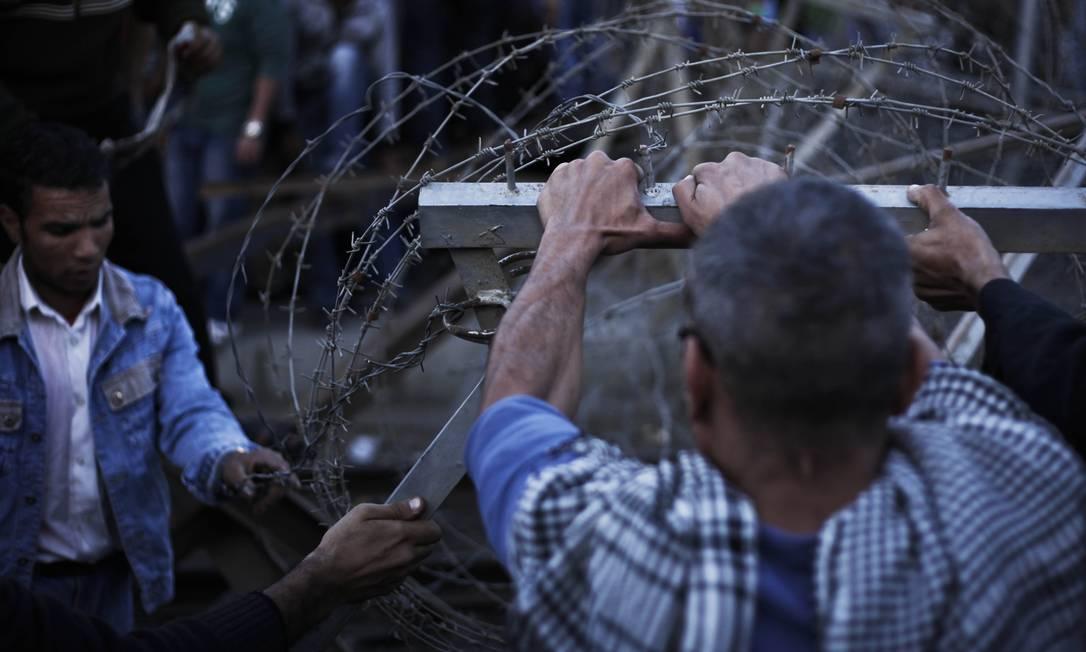 Manifestantes tiraram barricadas de arame farpado com as próprias mãos para se aproximar da residência AP/Nariman El-Mofty