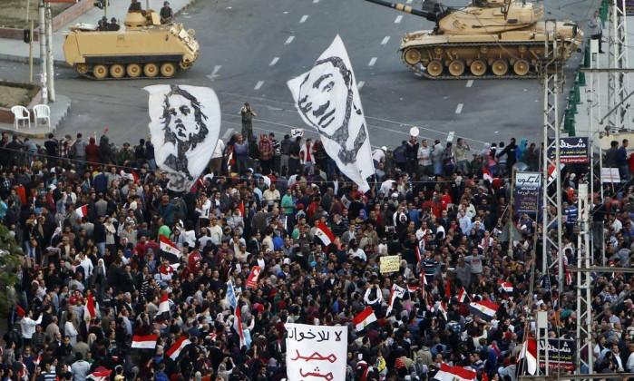Tanques tentaram fazer a proteção do local, mas centenas de manifestantes forçaram o cordão de isolamento REUTERS/MOHAMED ABD EL GHANY