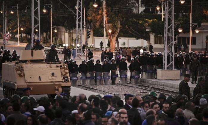 Polícia egípcia tenta fazer a segurança do palácio presidencial AP/Nariman El-Mofty
