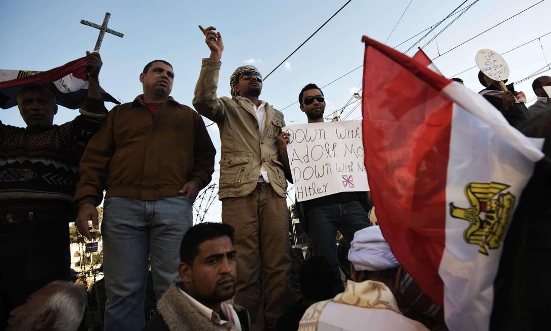 """Alguns gritavam dizerem como """"Queda a Adolf Morsi, queda ao novo Hitler"""" AFP/GIANLUIGI GUERCIA"""