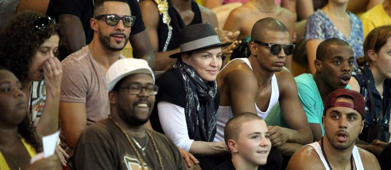 Madonna acompanhada do namorado, do filho Rocco e de integrantes de sua trupe Foto: Agência O Globo / Cezar Loureiro