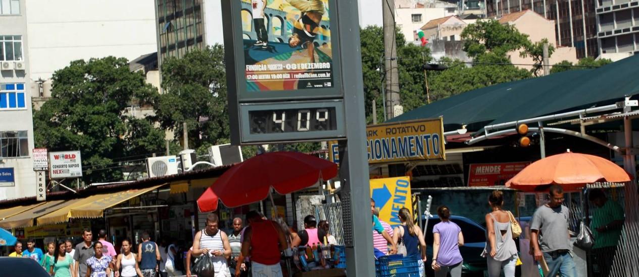 Termômetro marca 40 graus na Uruguaiana Foto: Marcelo Piu / O Globo