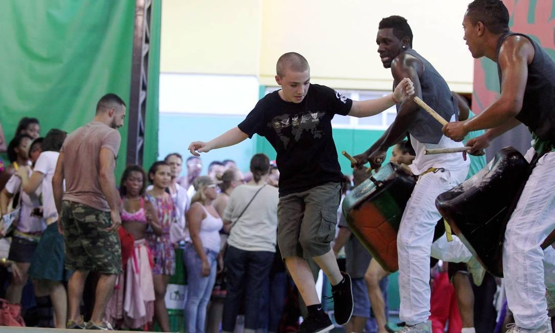 O filho de Madonna, Rocco, dançou com os integrantes do AfroReagge Cezar Loureiro