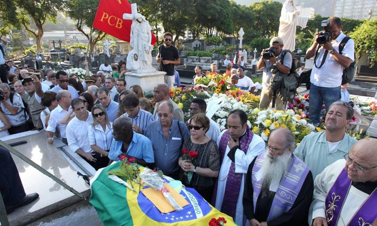 Corpo de Oscar Niemeyer foi enterrado no cemitério São João Batista, em Botafogo Foto: Domingos Peixoto