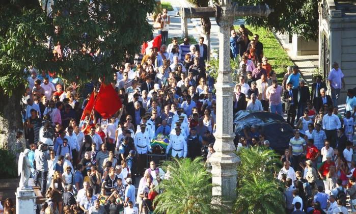 Parentes e amigos acompanham o cortejo do caixão de Oscar Niemeyer pelo cemitério São João Batista Jorge William / Agência O Globo