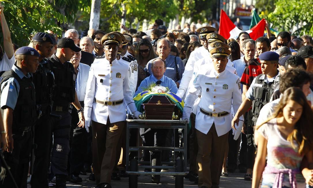 Oficiais carregam o caixão durante cortejo no Rio Pablo Jacob/Agência O Globo