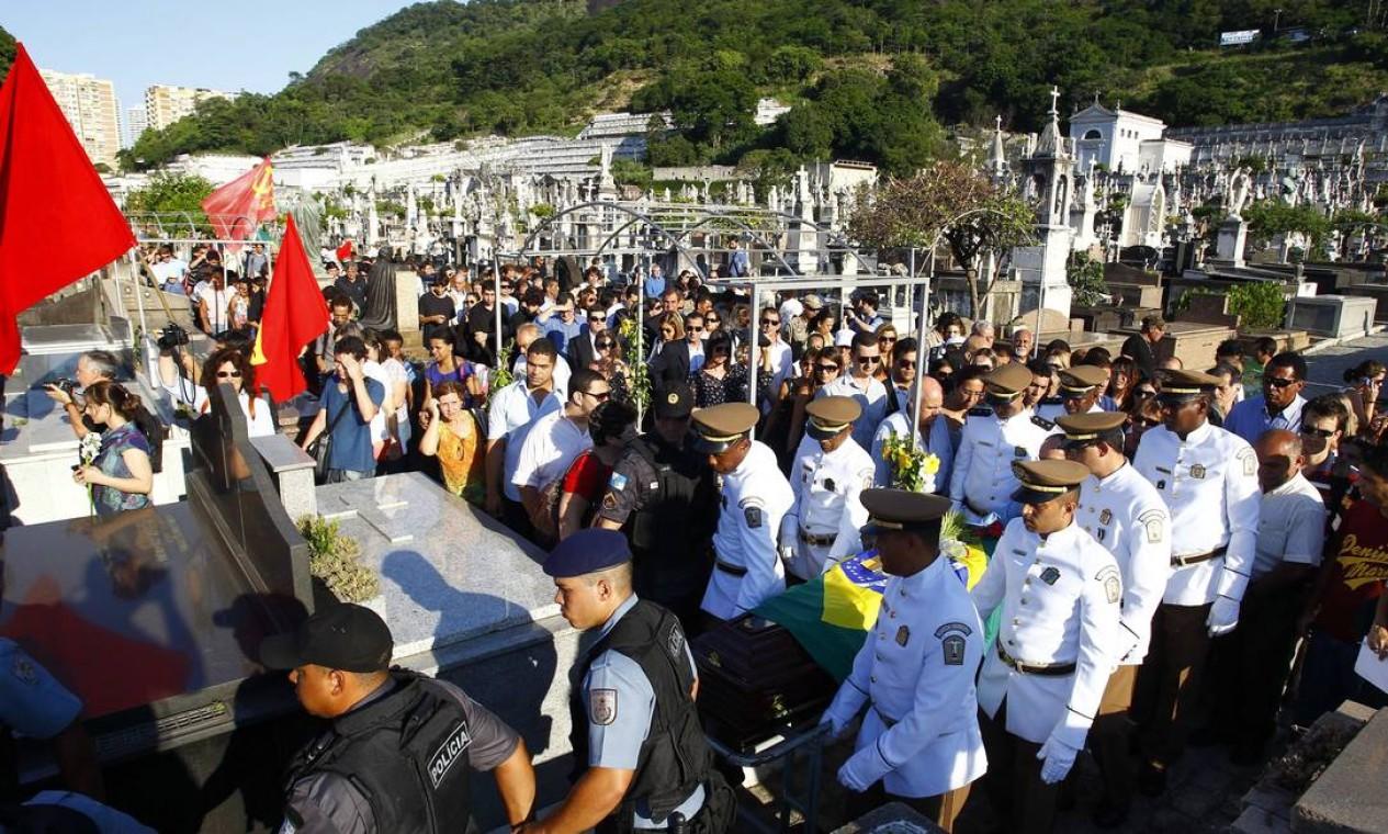 Militantes levaram ao enterro bandeiras do Partido Comunista do Brasil (PCB), ao qual Niemeyer foi filiado Foto: Pablo Jacob/Agencia O Globo