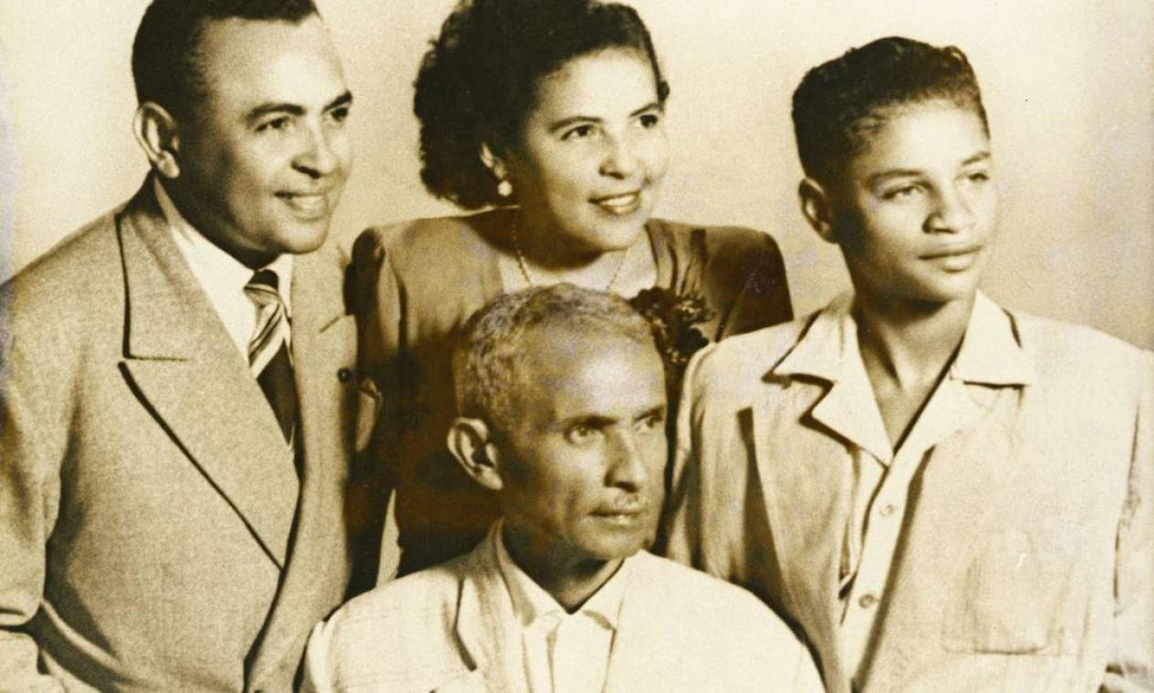 Luiz Gonzaga com o pai Januário e os irmãos Maria Ifigênia e Aloísio Foto: Divulgação/ Acervo do Instituto Moreira Salles