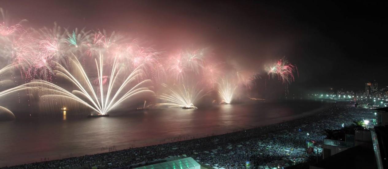 2011-2012 : réveillon na Praia de Copacabana, na altura do palco principal Foto: Gabriel de Paiva / O Globo