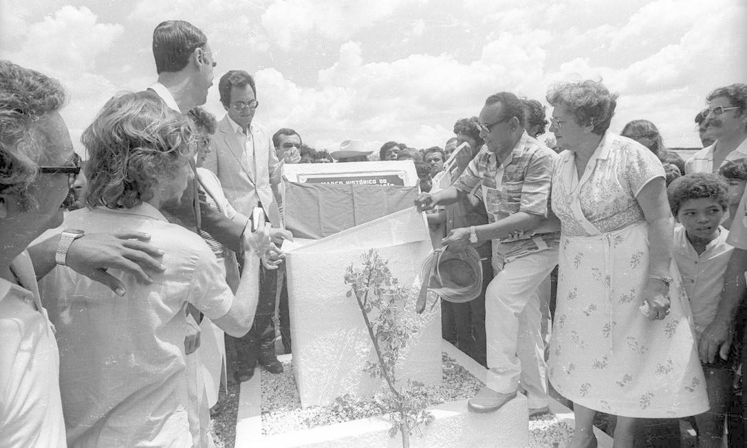 Comemorações pelos 70 anos de Luiz Gonzaga na cidade de Exu, em 1982. Na foto, ele e o Senador Marco Maciel inauguram o marco da construção da Rodovia Asa-Branca, trecho Exu - Timorante Foto: Pedro Luiz / Agência O Globo