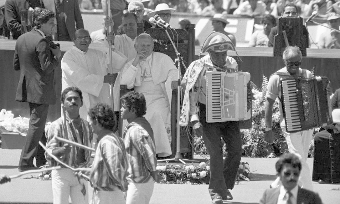 Visita do Papa João Paulo II ao Brasil em 1980. Luiz Gonzaga se apresenta na Abertura do X Congresso Eucarístico Nacional em Fortaleza Foto: Sebastião Marinho / Agência O Globo