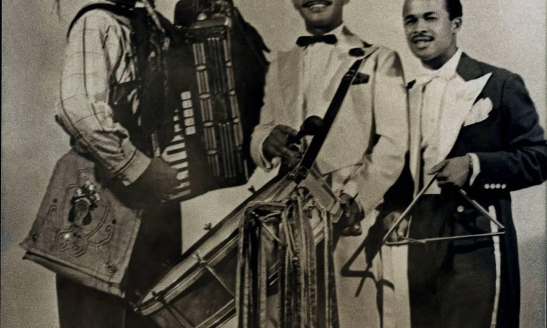 Luiz Gonzaga, Catamilho (zabumba) e Zequinha (triângulo), seus companheiros de turnês pelo Brasil Divulgação/Acervo Instituto Moreira Salles