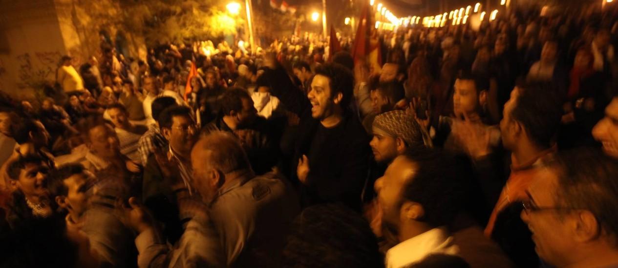 Milhares de manifestantes em frente ao palácio presidencial egípcio na noite de sexta-feira Foto: AFP/PATRICK BAZ