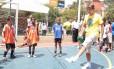 Embaixadinha. Roger Federer na decisão de um campeonato de futebol em favela de São Paulo