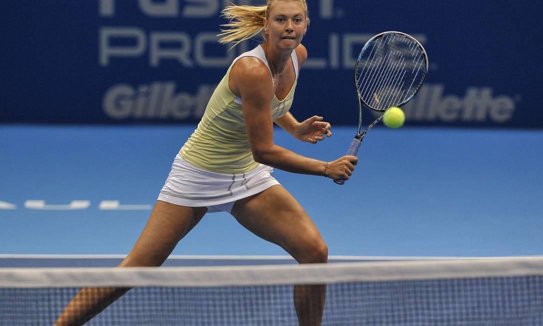 A russa, número 2 do ranking da WTA, sobe à rede para uma devolução de bola YASUYOSHI CHIBA / AFP