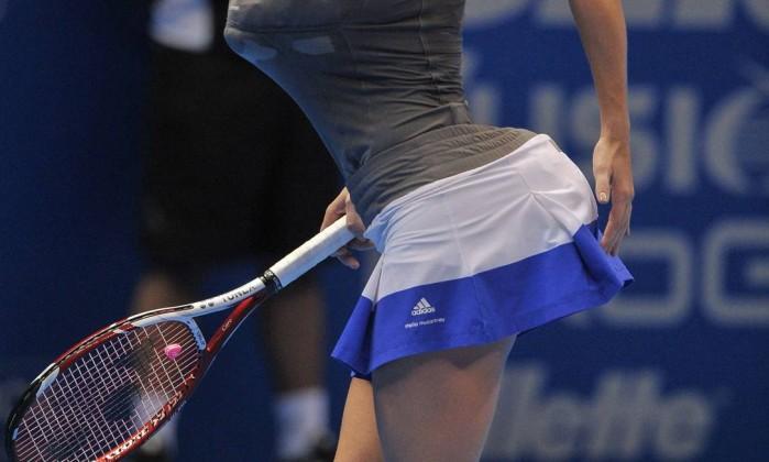 Descontraída, Wozniacki 'imitou' a americana Serena Williams, colocando toalhas nos seios e no bumbum na comemoração de um ponto YASUYOSHI CHIBA / AFP