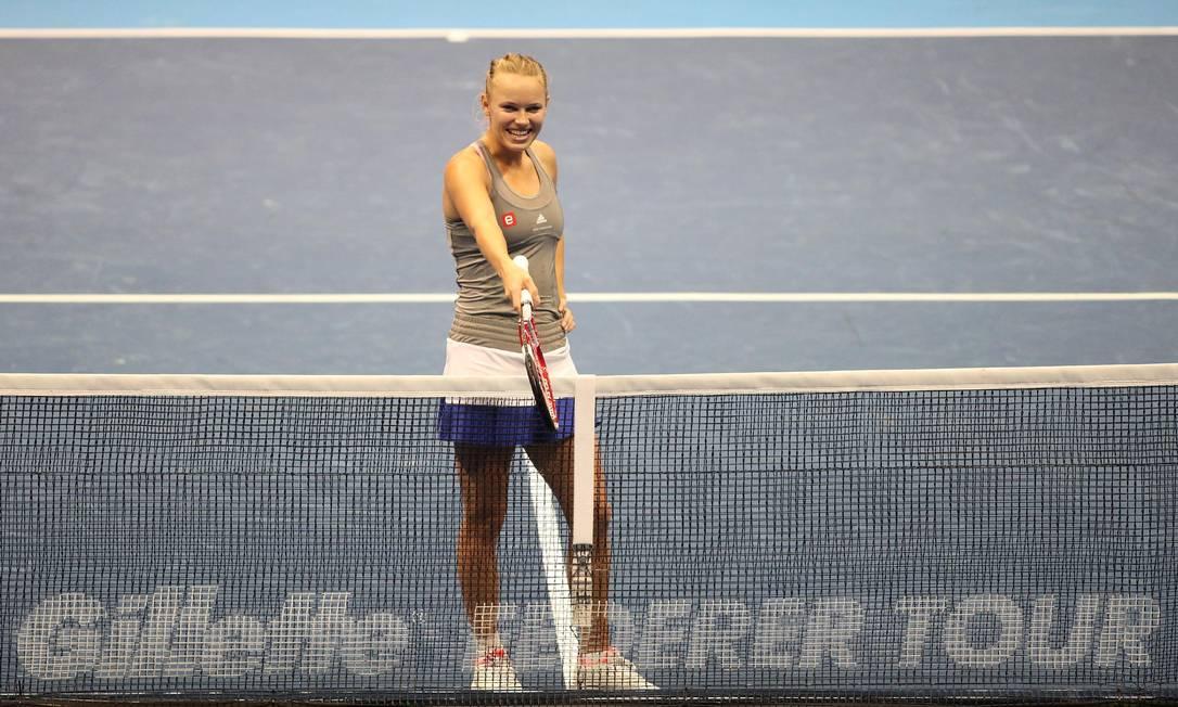 Em mais um momento de descontração, Wozniacki vai à rede brincar com Sharapova sobre a marcação de um ponto Marcelo Ferrelli / Divulgação