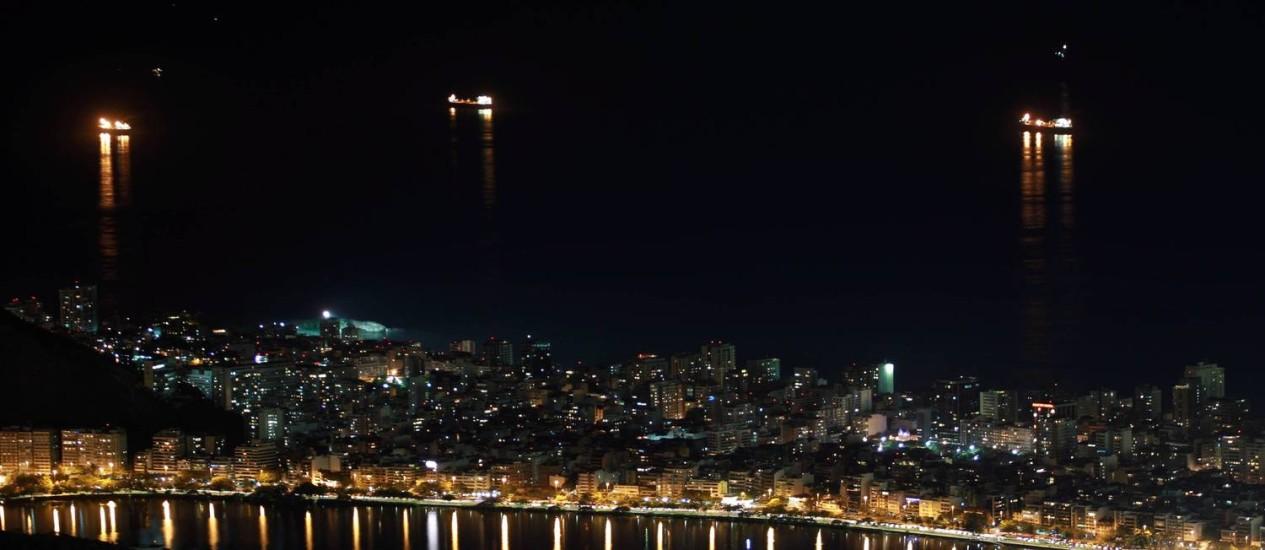 Luzes na praia. À noite, a iluminação de três navios fundeados em frente à Praia de Ipanema rivaliza com as luzes da Lagoa e até da Árvore de Natal Foto: Marcelo Piu / O Globo