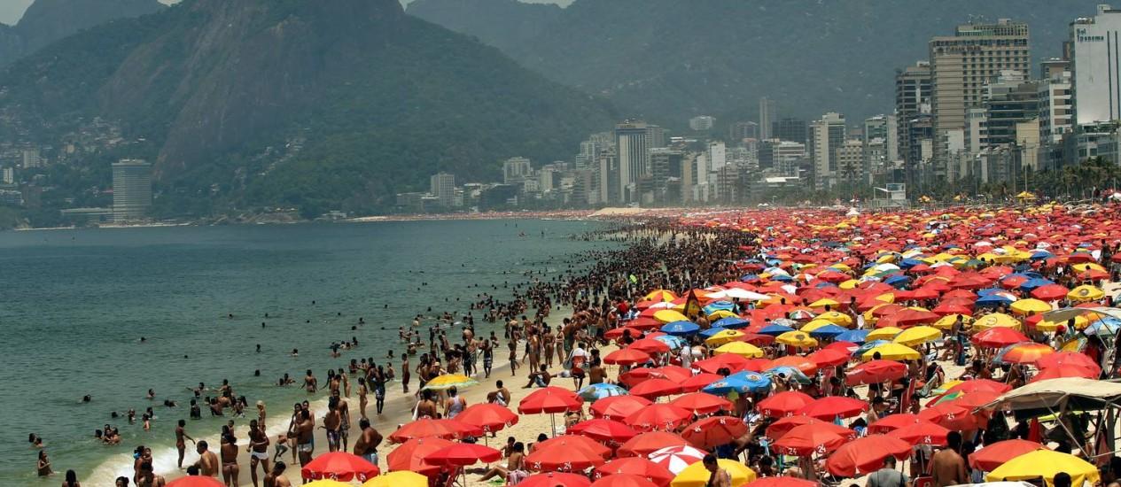 Cariocas invadiram as praias neste sábado de calor e sol forte. Na foto, areia tomada por banhistas na altura do Posto 9 Foto: Cézar Loureiro / O Globo
