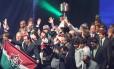 Jogadores do Fluminense erguem a taça do Brasileiro na festa de premiação do campeonato, em São Paulo. Título não garante caixa do clube no azul em 2013