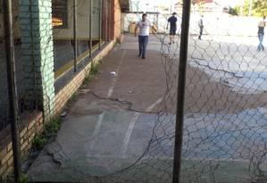 Foto no Facebook mostra alambrado arrebentado na Escola Estadual de Ensino Médio Villa Lobos, em São Leopoldo (RS) Foto: Reprodução da web