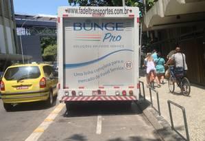 Caminhão de entrega força ciclistas a rodar pela calçada junto à Pizza Hut Foto: Foto do leitor Aluísio Ezequiel / Eu-Repórter