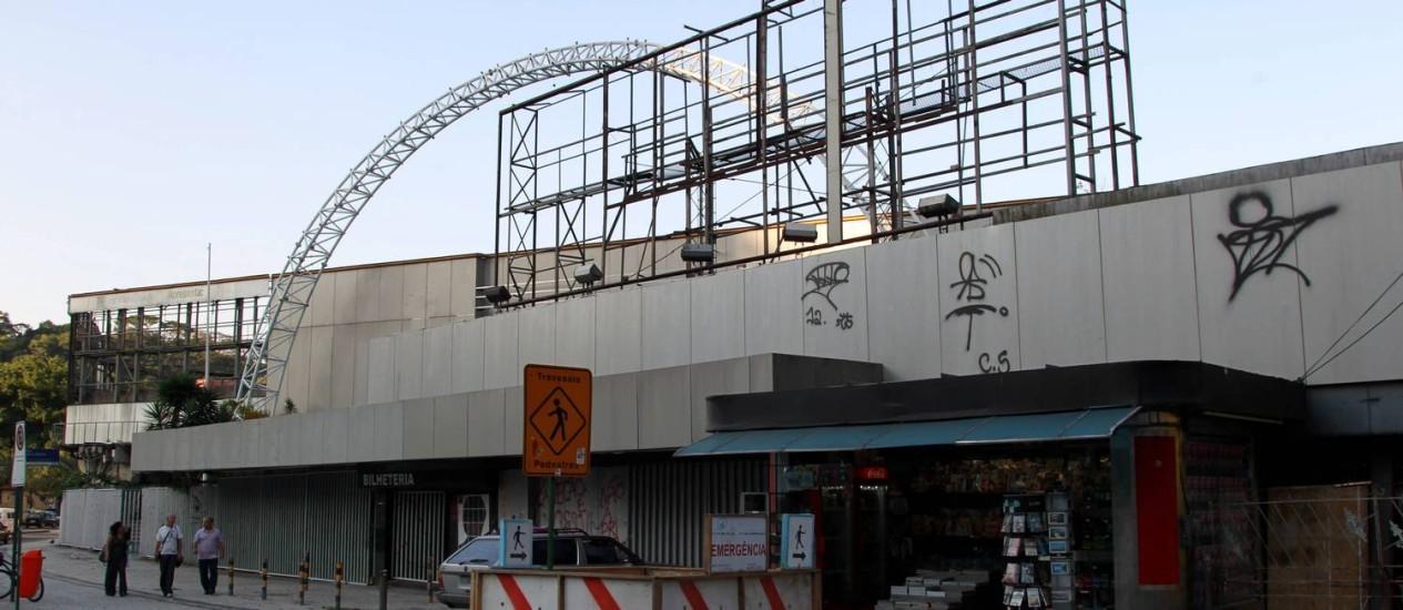 A fachada do Canecão, pichada, apresenta sinais da deterioração que se arrasta desde sua retomada pela UFRJ, há dois anos. Foto de 8/12/2012 Foto: Marcelo Piu / O Globo