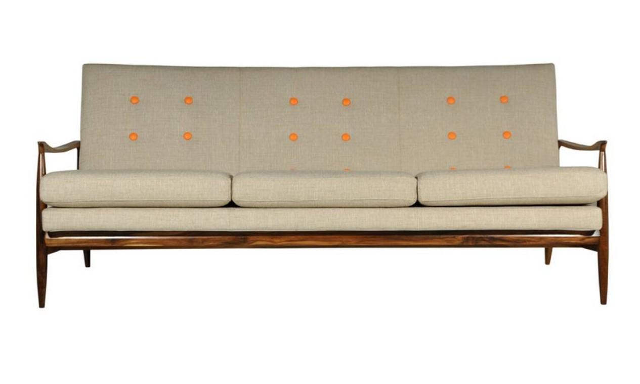 O sofá Josefina tem detalhes que se destacam de todos os ângulos. A estrutura é de madeira maciça e as almofadas seguem os contornos do sofá. Possibilidade de revestimento em outras cores de couro natural, tecidos e couro ecológico. Fabricação Desmobilia. Por R$ 2.940 Foto: Reprodução internet