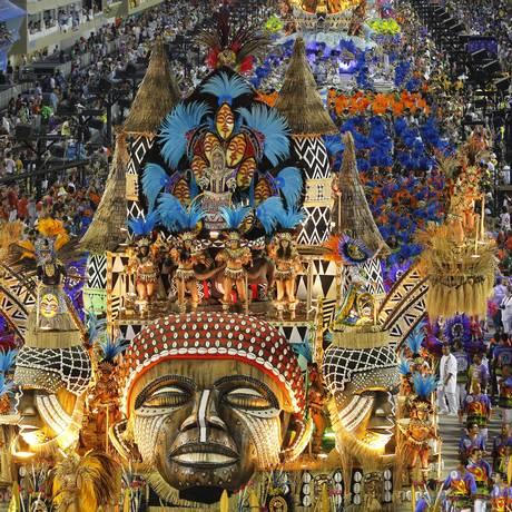 Destaque. A Vila Isabel, em desfile do ano passado: ponto alto do CD, que traz safra irregular, como de costume Foto: Custodio Coimbra / 20-2-2012