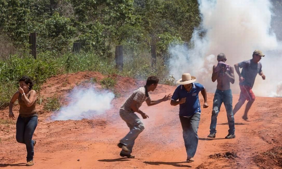 Agricultores fogem após confronto com policiais em Mato Grosso Foto: Agência O Globo