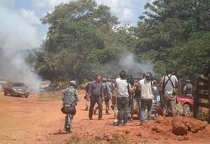 Moradores do distrito de Estrela do Araguaia, em São Félix do Araguaia, Mato Grosso, entraram em confronto com policiais da Força Nacional de Segurança no início da tarde desta segunda-feira Foto: Agência da Notícia